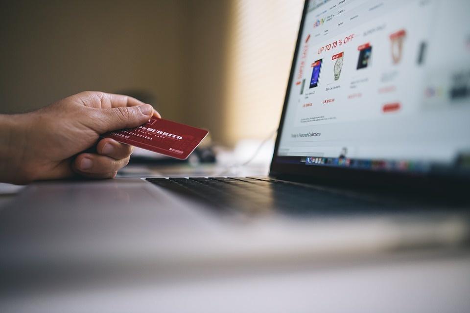 Commercio al dettaglio: continua il boom dell'e-commerce, bene solo il settore hi-tech